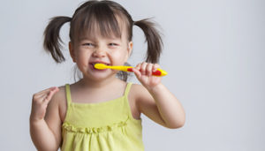 girl-brushes-teeth